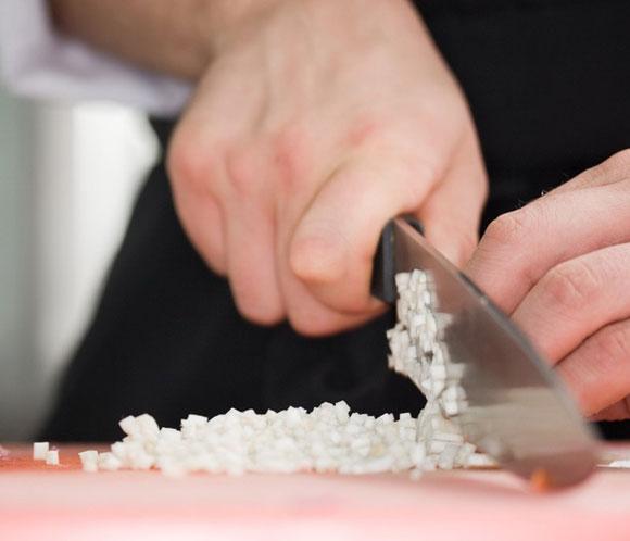 Aprendiendi-a-cortar-correctamente-la-cebolla