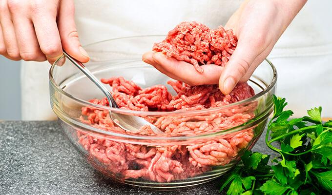 No pierdas tanto tiempo al cocinar la carne para hamburguesas.