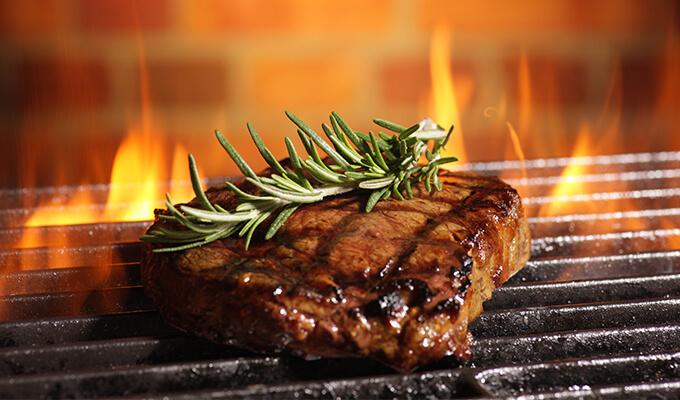 Consigue un mejor sabor al asar carne en la parrilla