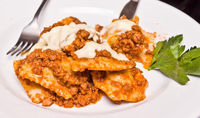 Receta de Ravioles con carne molida y salsa boloñesa